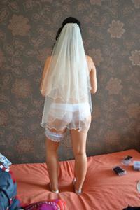 Одевает свадебное платье - фото #13