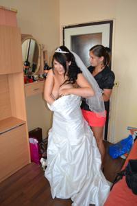 Одевает свадебное платье - фото #19