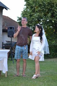 Одевает свадебное платье - фото #23