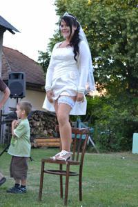 Одевает свадебное платье - фото #24