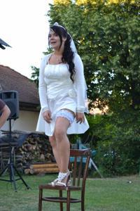 Одевает свадебное платье - фото #25