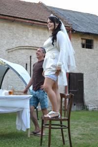 Одевает свадебное платье - фото #26