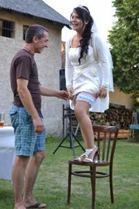Одевает свадебное платье - фото #27