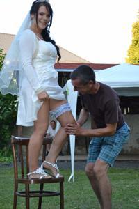 Одевает свадебное платье - фото #28
