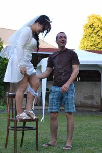 Одевает свадебное платье - фото #30