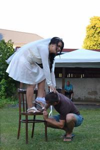 Одевает свадебное платье - фото #31