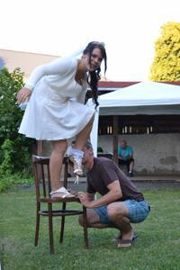 Одевает свадебное платье - фото #32