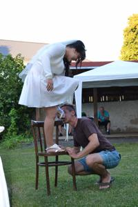 Одевает свадебное платье - фото #33