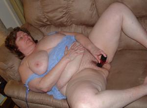 Пухлая матюрка отдыхает с вибратором - фото #19