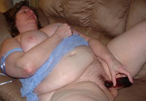 Пухлая матюрка отдыхает с вибратором - фото #22