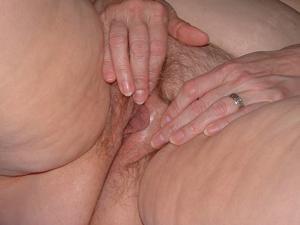 Пухлая матюрка отдыхает с вибратором - фото #25