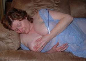 Пухлая матюрка отдыхает с вибратором - фото #9