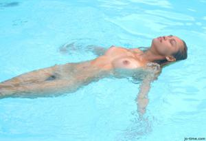Секси латинка лежит расслабленно в бассейне - фото #11