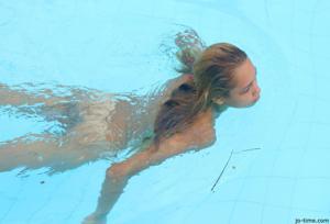 Секси латинка лежит расслабленно в бассейне - фото #17