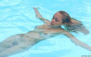 Секси латинка лежит расслабленно в бассейне - фото #25