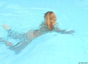 Секси латинка лежит расслабленно в бассейне - фото #29
