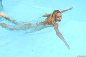 Секси латинка лежит расслабленно в бассейне - фото #35
