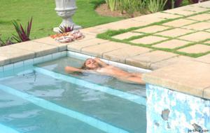 Секси латинка лежит расслабленно в бассейне - фото #40