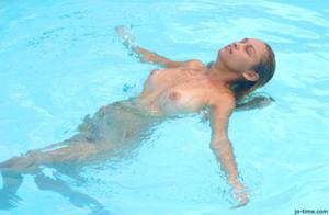 Секси латинка лежит расслабленно в бассейне - фото #41