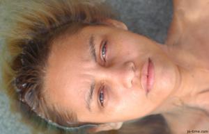 Секси латинка лежит расслабленно в бассейне - фото #43