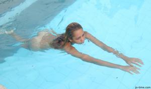 Секси латинка лежит расслабленно в бассейне - фото #45