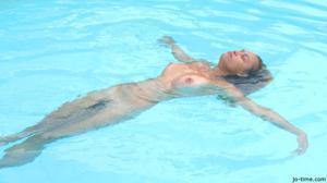 Секси латинка лежит расслабленно в бассейне - фото #47