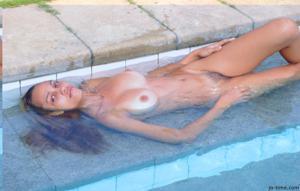 Секси латинка лежит расслабленно в бассейне - фото #6