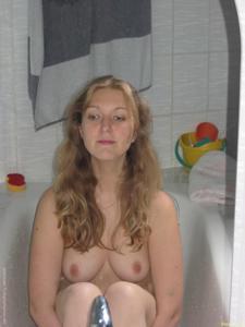Одинокая соседка заспамила своими откровенными фотками - фото #37