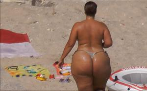 Очень широкие бедра телки на пляже - фото #1