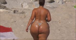 Очень широкие бедра телки на пляже - фото #2