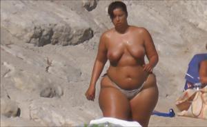 Очень широкие бедра телки на пляже