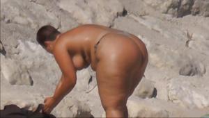 Очень широкие бедра телки на пляже - фото #7