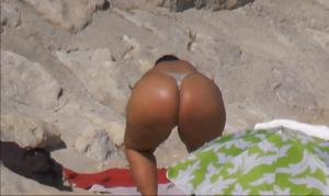 Очень широкие бедра телки на пляже - фото #8