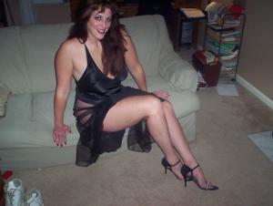 Зрелая, сочная в вечернем платье без трусиков - фото #10