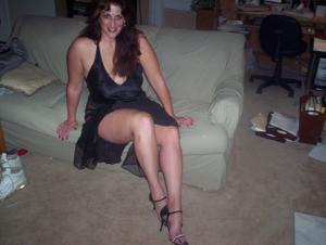 Зрелая, сочная в вечернем платье без трусиков - фото #11