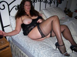 Зрелая, сочная в вечернем платье без трусиков - фото #18