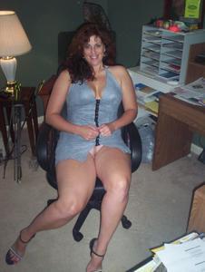 Зрелая, сочная в вечернем платье без трусиков - фото #4