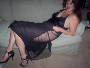 Зрелая, сочная в вечернем платье без трусиков - фото #5