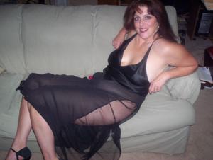 Зрелая, сочная в вечернем платье без трусиков - фото #6