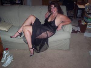Зрелая, сочная в вечернем платье без трусиков - фото #7