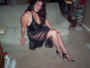 Зрелая, сочная в вечернем платье без трусиков - фото #9
