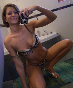 Шикарная милфа собирается принять ванну - фото #17