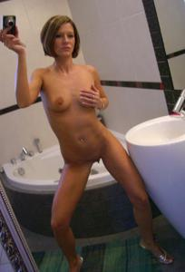 Шикарная милфа собирается принять ванну - фото #28