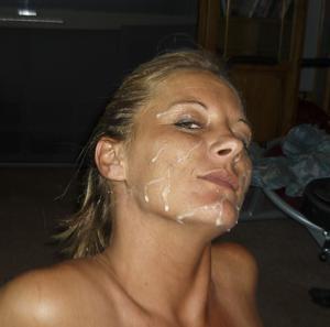 Наслаждается спермой на лице