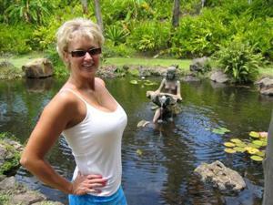 Зрелая блонда хвастается новыми сиськами - фото #25