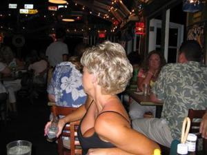 Зрелая блонда хвастается новыми сиськами - фото #26