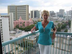 Зрелая блонда хвастается новыми сиськами - фото #31