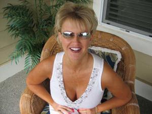 Зрелая блонда хвастается новыми сиськами - фото #39