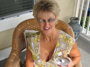 Зрелая блонда хвастается новыми сиськами - фото #41