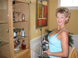 Зрелая блонда хвастается новыми сиськами - фото #7